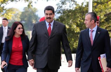 El presidente Nicolás Maduro junto a su esposa, Cilia Flores y a Tareck El Aissami, vicepresidente de la República.