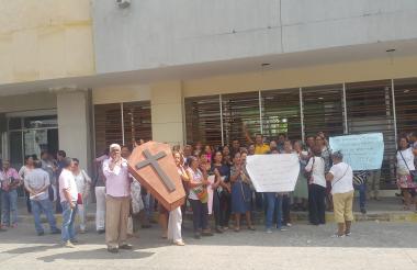 Trabajadores protestan en la Gobernación.