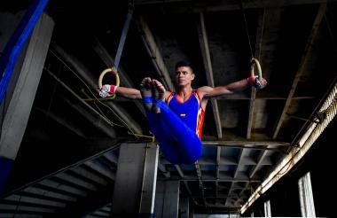 El gimnasta atlanticense Daniel Marriaga realiza una presentación en las anillas de la oscura Liga de Gimnasia en el estadio Metropolitano Roberto Meléndez.