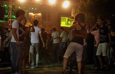 Un grupo de jóvenes baila durante un evento de precarnavales pasados.