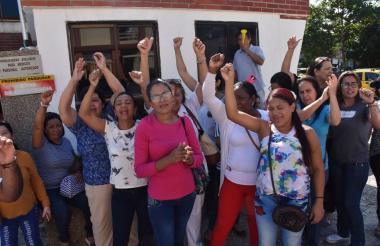 Un grupo de ex trabajadores de la clínica Bautista durante la protesta.