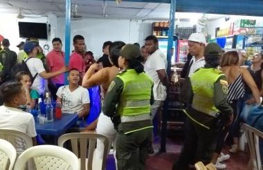 Operativo de la Policía en tiendas donde se consume licor.