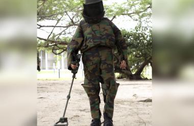 El traje EOD9 pesa 50 kilogramos y está hecho con materiales resistentes a las altas temperaturas.