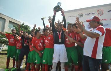 Barranquilla F.C. levanta el título de la categoría.