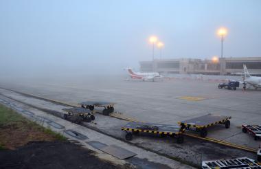 La neblina cubre gran parte del aeropuerto Ernesto Cortissoz, lo que afecta la visibilidad.