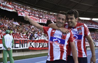 Léiner Escalante celebrando un gol con Sebastián Hernández, en un partido de la Liga Águila  ante Equidad.