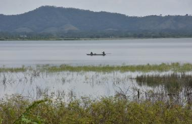 Pescadores recorren la laguna de Luruaco.