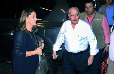 Marta Lucía Ramírez y Andrés Pastrana llegan al hotel Dann Carlton.
