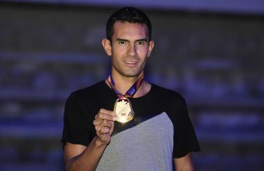 Éider Arévalo, 24 años, de Pitalito (Huila), enseña orgulloso la medalla de oro ganada en el Mundial de Londres el pasado 13 de agosto