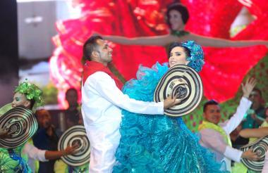 Ana María Ochoa Milanés, reina central de las Festividades del 20 de Enero, bailando fandango en la Plaza de Majagual.