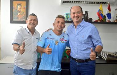 Léiner Escalante con la camiseta de Jaguares junto a dos directivos del cuadro monteriano.