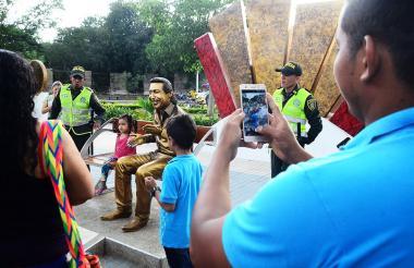 Varios uniformados custodian el monumento en homenaje al 'Cacique de la Junta'.