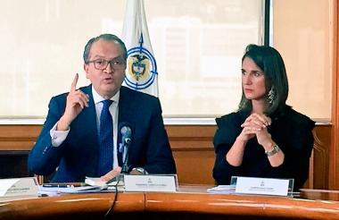 El procurador Fernando Carrillo junto a la ministra de Educación Nacional, Yaneth Giha.
