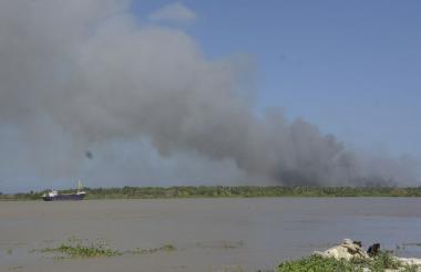 De otro lado del río Magdalena, en el Vía Parque Isla Salamanca, ayer se observaba una columna de humo.