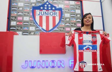 Angie Téllez posando con la camiseta del Junior