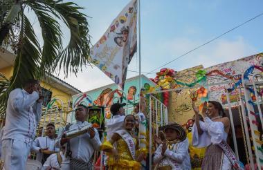 El secretario de cultura Juan José Jaramillo izando la bandera en compañía de Samuel