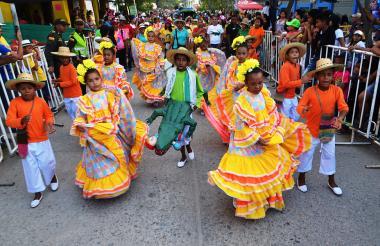 Cientos de niños bailaron al ritmo de las fiestas del Caimán.