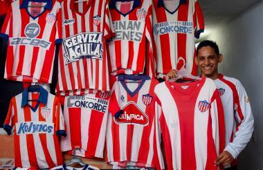 Joan Eduardo Nieto Bolívar con una parte de su colección de camisetas de Junior.