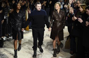 El británico Kim Jones, director artístico de Louis Vuitton hombre, Kate Moss (I) y Naomi Campbell (D).