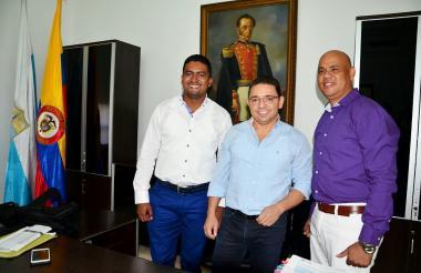En la foto el alcalde Rafael Martinez con los secretarios Raúl Pacheco (derecha) de Gobierno y Julio César Aguilar.