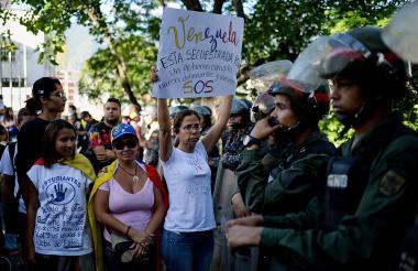 Amigos y familiares de los abatidos el lunes por el ejército de Venezuela protestan a la entrada del cementerio Monte Bello en donde fueron enterrados.