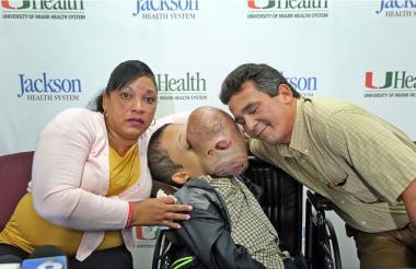 Emanuel Zayas junto a sus padres.
