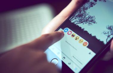 Publicación de Facebook en un celular.