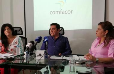 Néstor Murcia (c), agente interventor de Comfacor, junto a María Paulina Lorduy (izq.), subdirectora de Salud de la entidad, y Libia Caicedo, asesora.