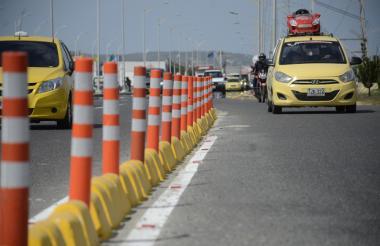 Dos taxis y otros vehículos transitan por la Circunvalar.