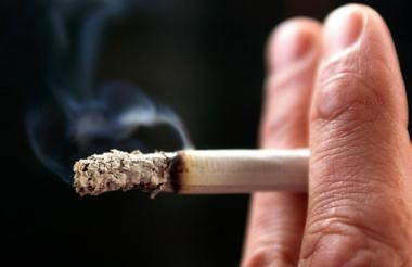 Investigadores recomiendan dejar de fumar en vez de reducir el consumo.