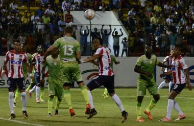 Acción del juego entre Junior y Jaguares