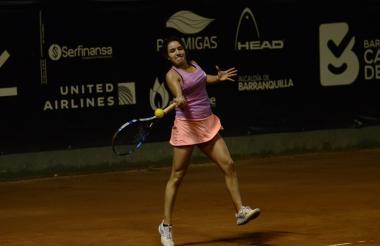 María Camila Osorio lanza una volea en el partido.