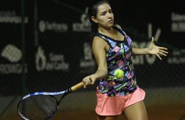 La tenista cucuteña, de 16 años, respondiendo un servicio de la guatemalteca María Rivera.
