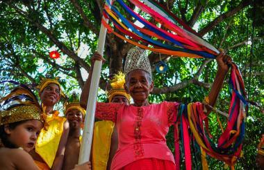 Dora Thomas sosteniendo las cintas que trenzan los indios en los desfiles y presentaciones.