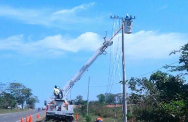 Una cuadrilla de Electricaribe trabaja en el cambio de redes en el municipio de Galapa.