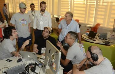El gobernador Eduardo Verano con emprendedores TIC del Atlántico.