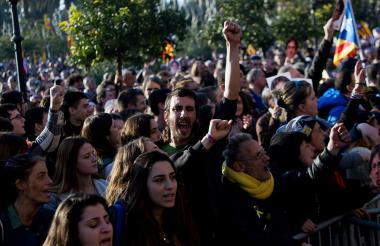 Un millar de personas se concentra en la puerta del Parlamento de Cataluña tras aplazarse la sesión de investidura del independentista Carles Puigdemont para un nuevo mandato.