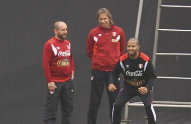 Ricardo Gareca junto a Alberto 'El Mudo' Rodríguez en un entrenamiento con la selección de Perú.