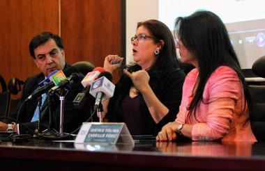 El registrador Nacional, Juan Carlos Galindo; la presidente del CNE Idayris  Yolima Carrillo, y Alejandra Barrios, directora de la MOE, durante la rueda de prensa de este miércoles.