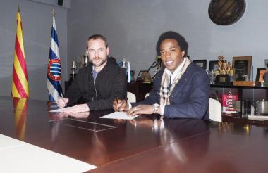 Carlos Sánchez firma su nuevo contrato.