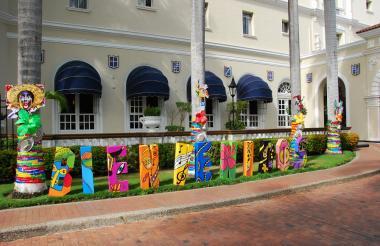 La fachada del hotel El Prado, ubicado en norte de Barranquilla, con la decoración de Carnaval.