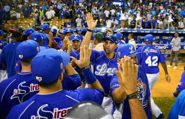 Luis Felipe Urueta (centro) animando a sus jugadores de los Tigres de Licey.