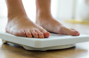 Una persona hace uso de un peso.