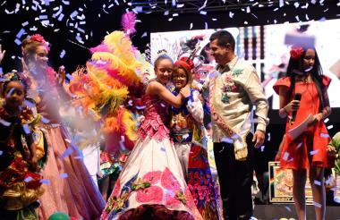 Shadya y Samuel se abrazan luego de recibir las coronas por parte  de los reyes del Carnaval 2018.