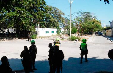 Agentes de la Policía verifican una alerta de un supuesto  atentado en la Ciudadela