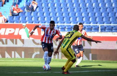 Díaz intenta eludir a un rival en el juego de ayer en el 'Metro'.