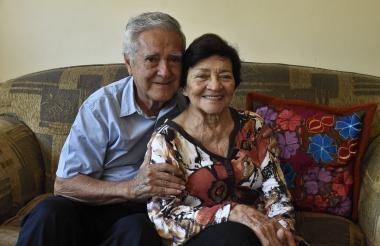 Los esposos Miguel Palacio y Cecilia Latorre, en la sala de su casa.