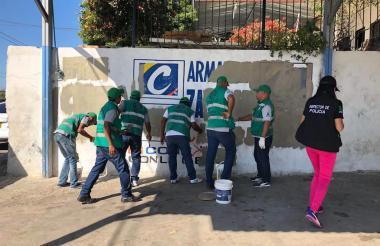 Personal de Control Urbano en plena remoción de afiches sobre la Circunvalar.