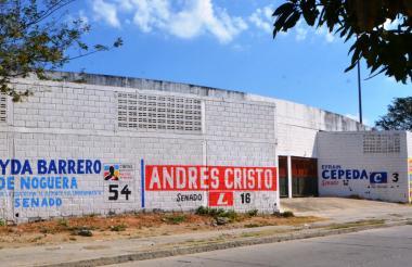 Avisos políticos en el muro del estadio.