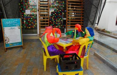 Restaurante del norte de Barranquilla con decoración de Carnaval.